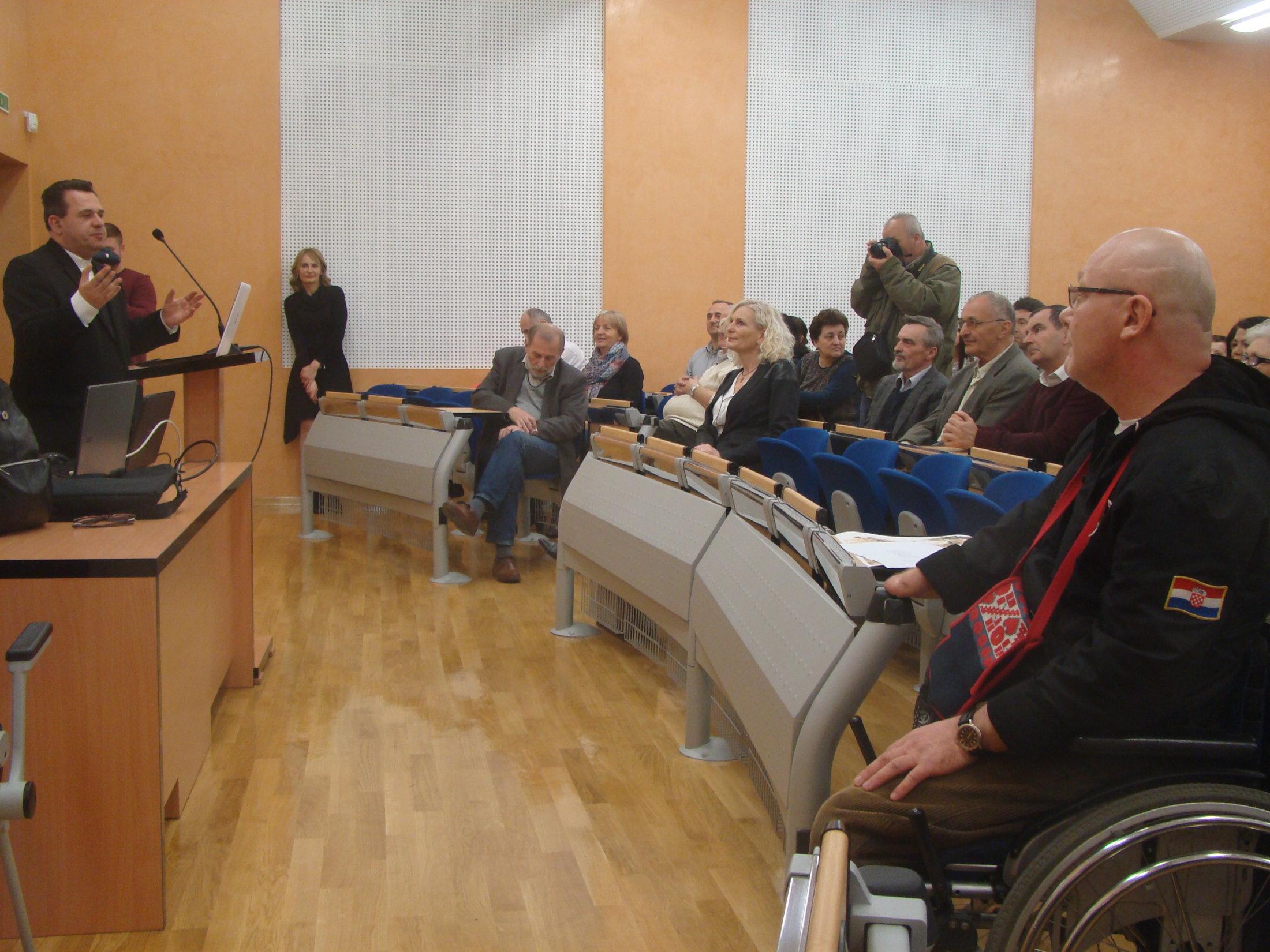 Mons.-Vladimir-Dugalić-pozdravlja-publiku